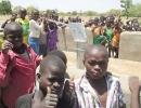 Die-Schulkinder-beim-Ausprobieren-der-neuen-Brunnenanlage