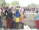 Die-Schulkinder-und-die-Dorfbevölkerung-von-Sazonon--freuen-sich-über-den-neuen-Brunnen