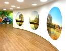 Angenehme-LED-Deckenleuten-und-Natur-Fototapeten-sorgen-für-eine-Wohlfühlatmosphäre