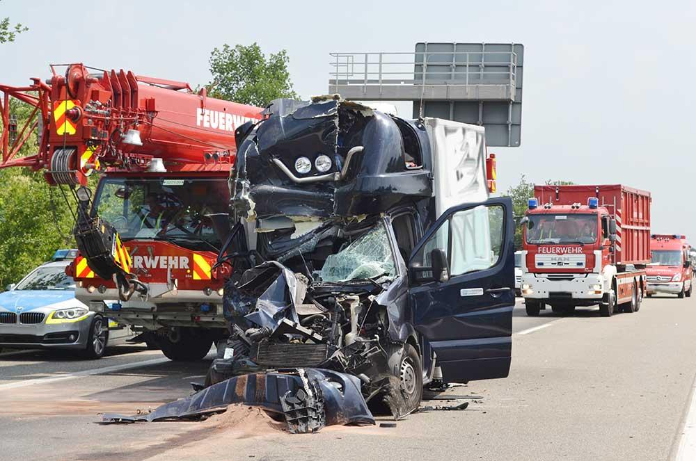 viernheim a6 unfall am stauende kleintransporter prallt auf lkw viernheim online. Black Bedroom Furniture Sets. Home Design Ideas