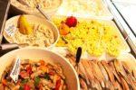 Saftige Truthahn-Innenfilet, Kartoffeln, Erdbeeren, Deutscher Spargel und Antipasti