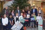Viernheim: Metropolitan International School übegibt die Geschenke für die Aktion Viernheimer Weihnachtsbaum